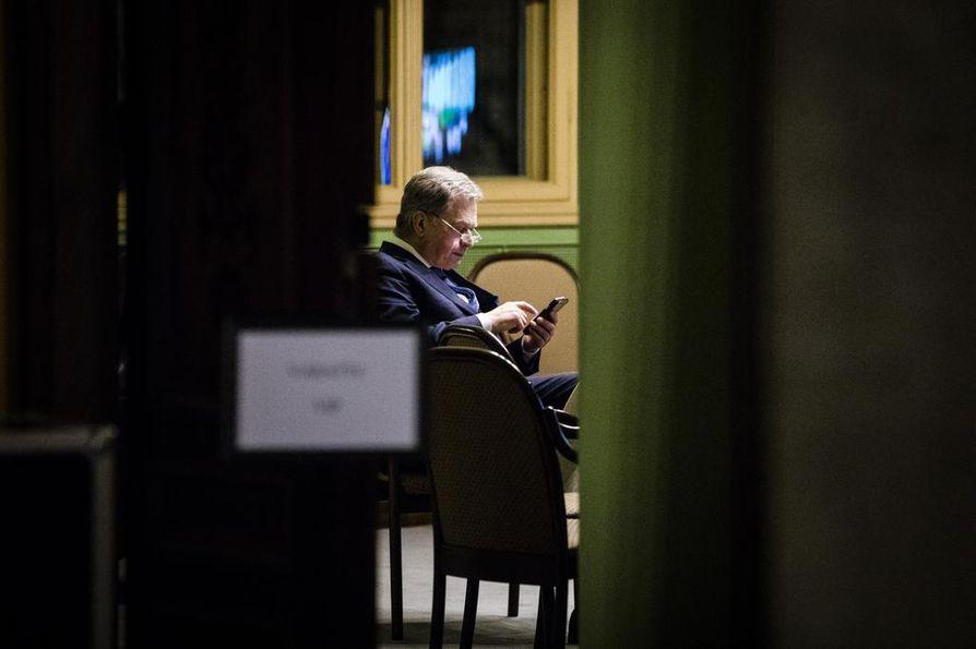 Sauli Niinistö valittiin presidentiksi seuraavaksi kuudeksi vuodeksi sunnuntaina. Niinistö piti Säätytalossa pienen tauon mediahaastatteluista ja tutki kännykkäänsä.