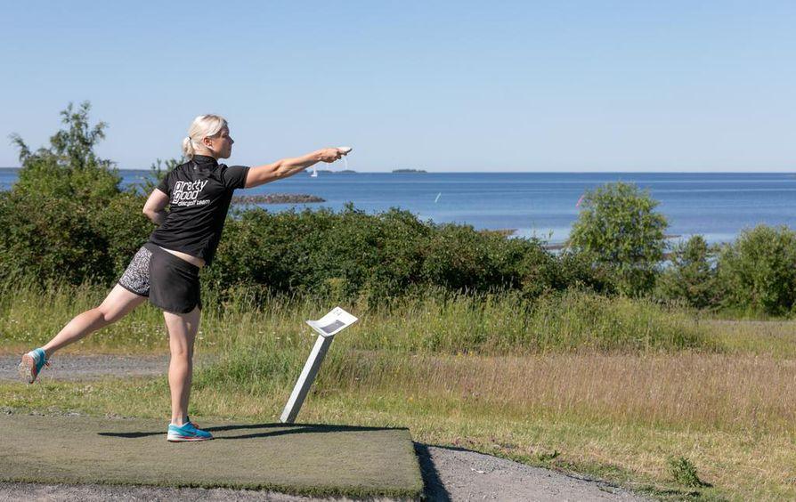 Jenni Eskelinen tykkää kierrellä Oulun frisbeegolfratoja. Hänen menestyksensä salaisuus on pitkäjänteinen harjoittelu.