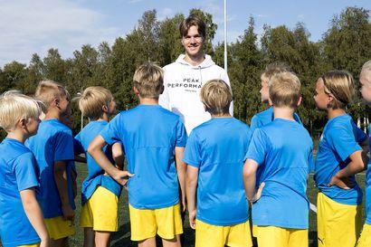 """AC Oulun toppari Miika Koskela, 17, on 196-senttinen junioripelaaja, joka erottuu fysiikallaan myös aikuisten joukossa: """"Kopissa vielä vitsaillaan iästäni, mutta se kuuluu asiaan"""""""