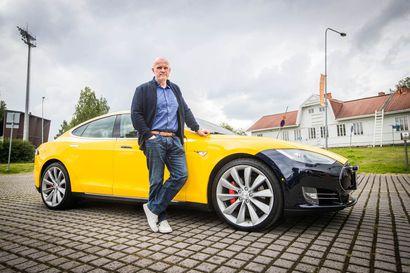 """Sähköauto on Lapissa yhä kummajainen –Teslan omistaja Toni Kesti: """"Eniten kysytään, kuinka pitkälle tuolla pääsee"""""""