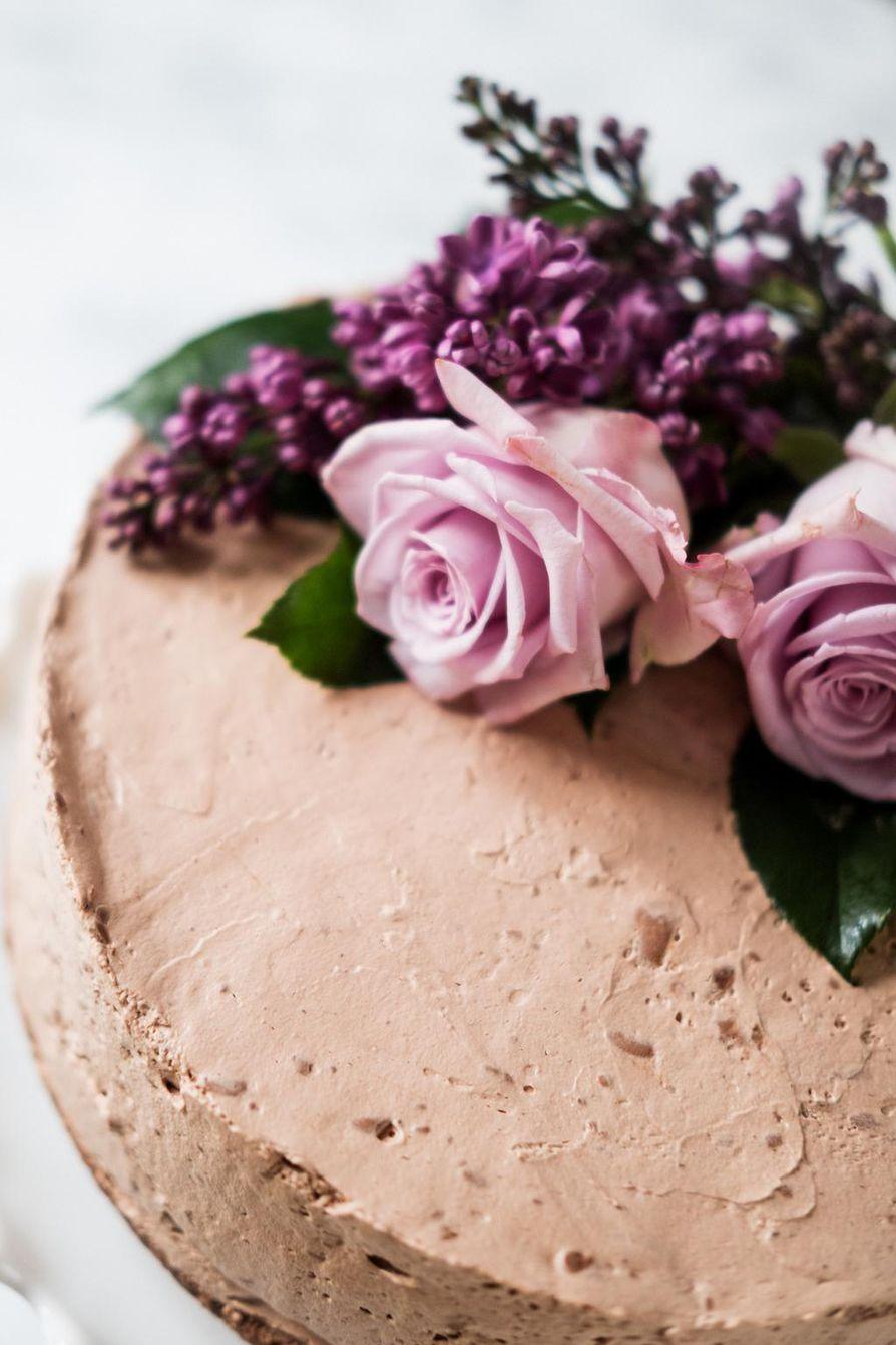 Täyteläinen minttusuklaajuustokakku on juhlaleipurin luottokakku, jonka voi leipoa hyvissä ajoin pakastimeen.