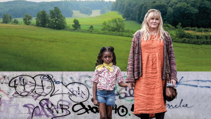 Huonoissa oloissa kasvanut Kiri (Felicia Mukasa) on ollut vuosia sijaisperheessä. Sosiaalityöntekijä Miriamin (Sarah Lancashire) järjestämällä vierailulla biologisten sukulaisten luokse asiat menevät vikaan ja Kiri katoaa.