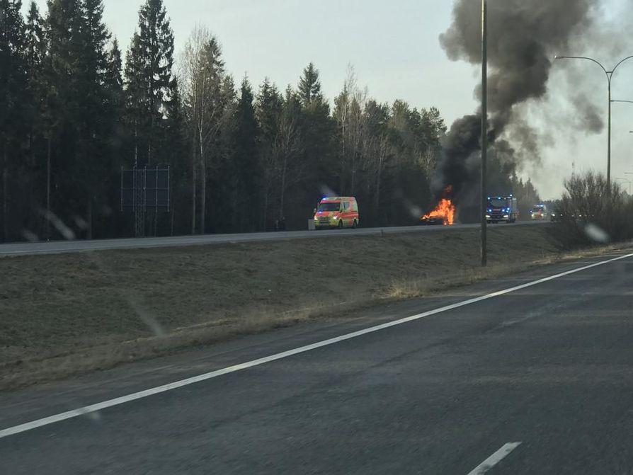 Teknisen vian takia tuleen syttynyt auto tuhoutui täysin.