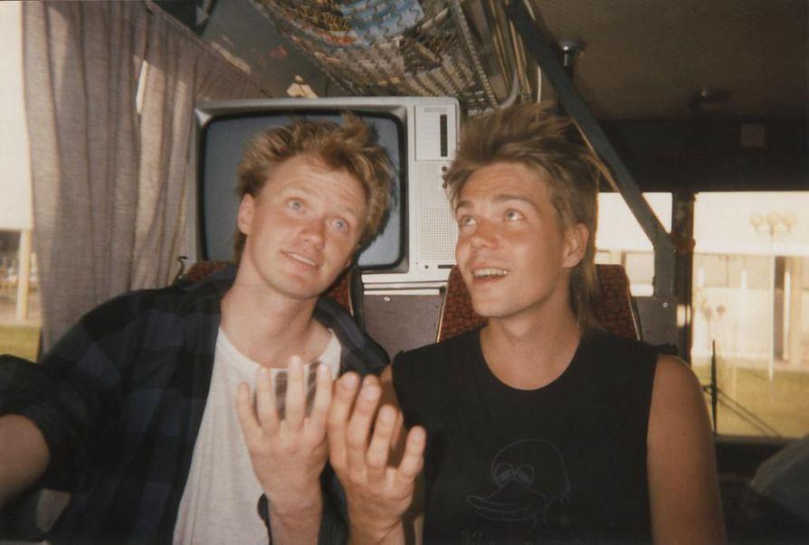Timo Rautio (vas.) ja Eero Hyyppä keikkabussissa joskus 1980-luvulla, jolloin he eivät soittaneet vielä samassa bändissä. 1990-luvulla he tekivät albumin kokoonpanossa Eero Jones & Kahvi.