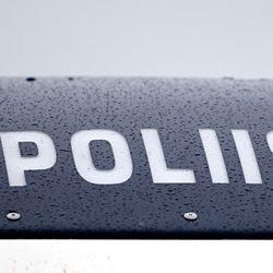Kemiläismies kaahasi autolla poliisia karkuun hurjaa ylinopeutta – pakoauton kaikki renkaat puhkesivat piikkimattoon