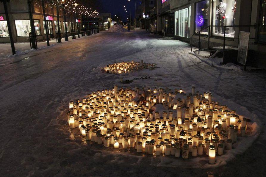 Uhrien muistoksi sytytettiin Imatralla satoja kynttilöitä.