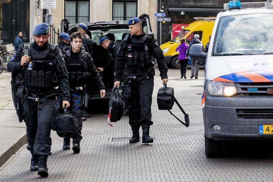 Sotilaspoliisi partioi Utrechtissa ammuskelun jälkeen.