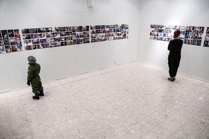 """Korona lukitsi ovet Koillissanomien 70-vuotisnäyttelyyn, mutta videon avulla pääset kurkistamaan siihen – näyttelyssä on kasvoja viimeisen 10 vuoden ajalta: """"Parasta on ollut kuulla tuiki tavallisten ihmisten elämäntarinoita"""""""