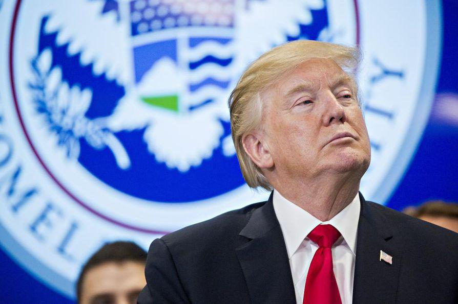 Presidentti Donald Trump antoi perjantaina luvan julkistaa salaisiksi luokiteltuihin tietoihin nojaavan muistion, jossa nostettiin esiin epäilyjä FBI:n valtuuksien väärinkäytöstä.