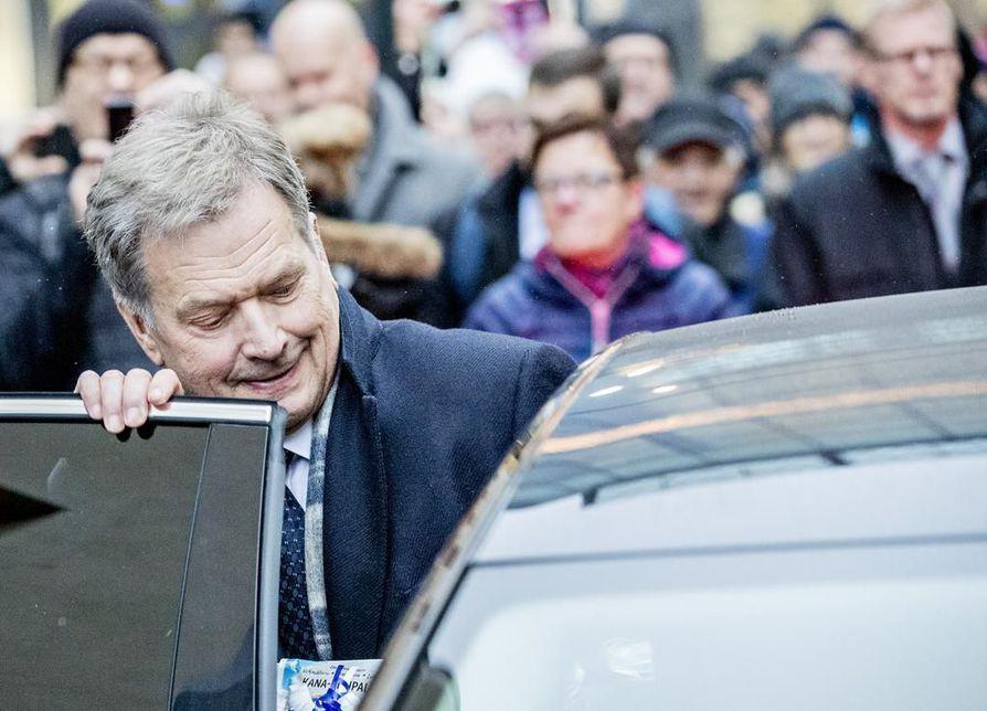 Useimmat muista ehdokkaista olivat kannoissaan niin lähellä Niinistöä, etteivät he erottuneet hänestä kuin yksityiskohdissa, kirjoittaa päätoimittaja Kyösti Karvonen vaalikommentissaan.