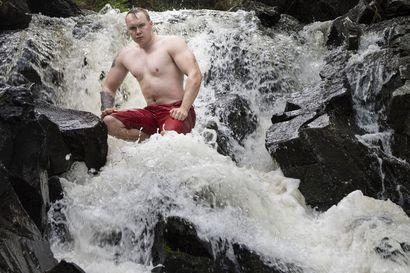 Tätä temppua ei moni uskalla tehdä: kuusamolainen Santeri hyppäsi kellumaan Myllykoskeen – varusteina vain uimalasit ja uimahousut!