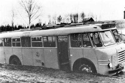 Tulevia kirjailija suuruksia, Jääkiekkoa, seuroja, kauppoja ja rikkoutuneita siltoja – tälläista oli Kuusamossa 1960-luvulla.
