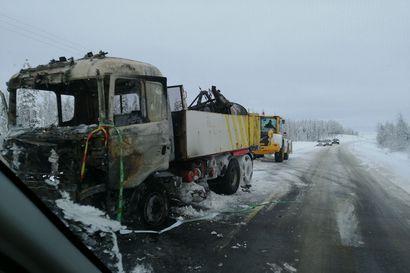 Aurauskäytössä ollut kuorma-auto syttyi palamaan Rovaniemellä, Pellontie oli suljettuna liikenteeltä sammutustöiden ajan