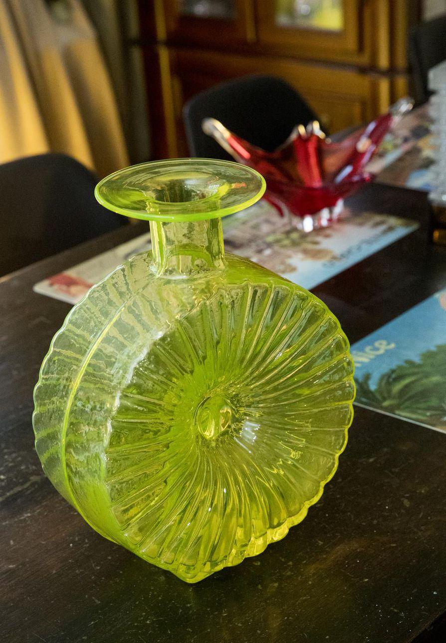 Helena Tynellin suunnittelema Aurinkopullo on keräilijöiden himoitsema lasiesine. Pulloa valmisti aikoinaan Riihimäen lasi.