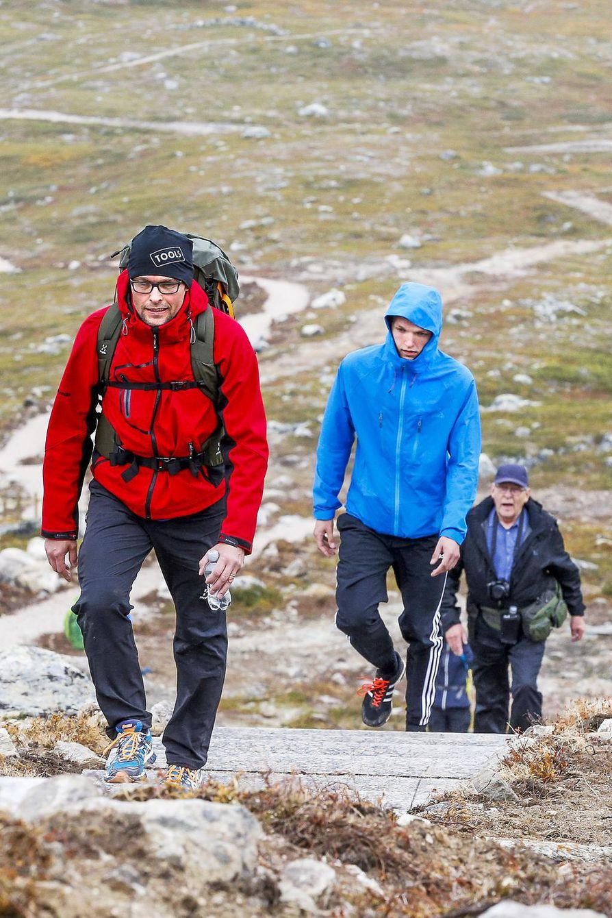 Ville (edessä), Eetu ja Matti Jalkanen testaavat Saanan uusia portaita. – Portaat olivat helpot kulkea molempiin suuntiin. Ne sopivat hyvin maastoon, eikä niitä portaiksi edes tunnistanut kauempaa.