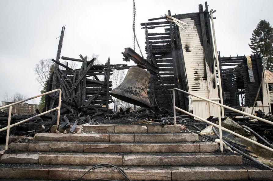 Kirkonkellot nostettiin raunioista Ylivieskassa. Vanha hirsikirkko tuhopoltettiin pääsiäisyönä vuonna 2016.