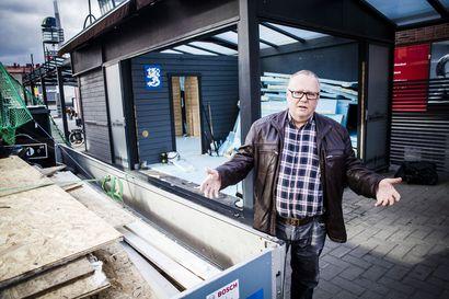 """Oluthuoneen terassi on hiertänyt Rovaniemen kävelykadun yrittäjien mieltä: """"Pelisääntöjä pitää noudattaa"""""""