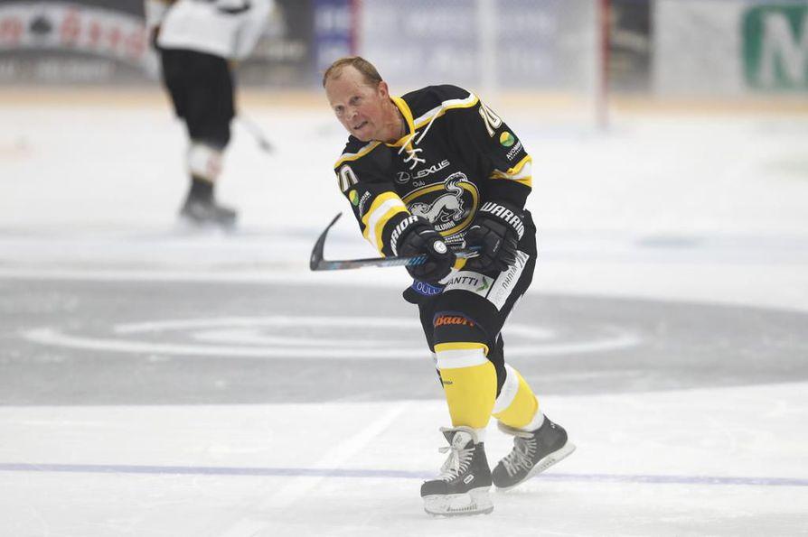 Legendaarinen Reijo Ruotsalainen tähtää ylärimaan kisan lopuksi järjestetyssä taitokisassa.