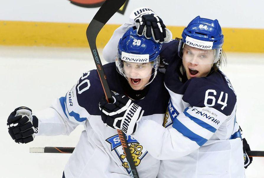 Sebastian Aho (vas.) oli mukana aikuisten MM-kisoissa hopeaa saavuttaneessa Leijona-joukkueessa. Kuvassa maalia juhlimassa myös Mikael Granlund.