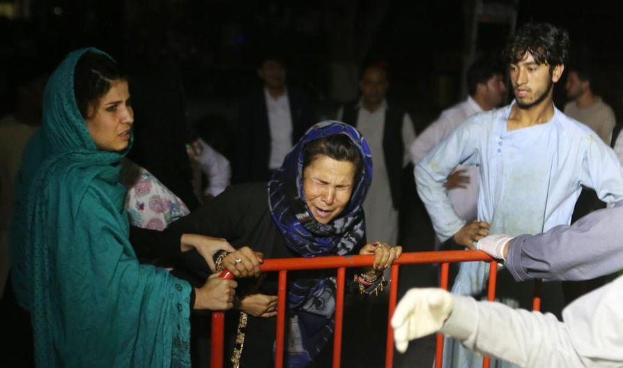 Afgaaninainen menetti aviomiehensä ja kaksi poikaansa hääjuhliin tehdyssä itsemurhapommituksessa lauantaina.