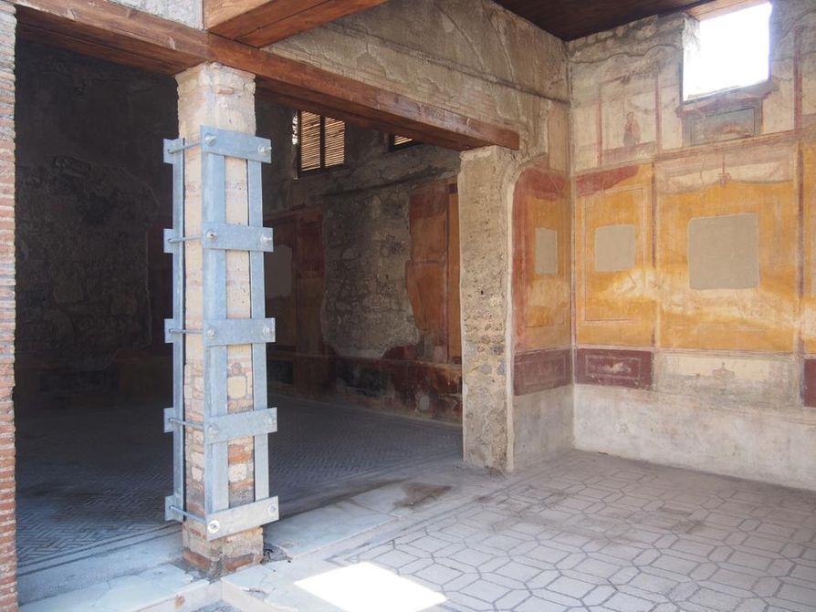 Marcus Lucretiuksen talon seinän yläosassa näkyvä keltaisen ja punaisen värin raja todistaa Vesuviuksen purkauksen tuhoista. Keltainen on alkuperäinen väri ja jäänyt peittoon talon täyttäneen lapillikiven alle. Yläosan punainen kertoo lämpöiskusta ja sen aiheuttamasta pigmenttimuutoksesta.
