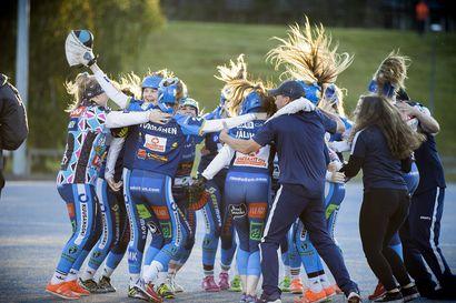 """Kempeleen Kiri juhlii tyttöjen Superpesiksen mestaruutta – """"Jokainen pystyi tekemään vähän kaikkea"""""""