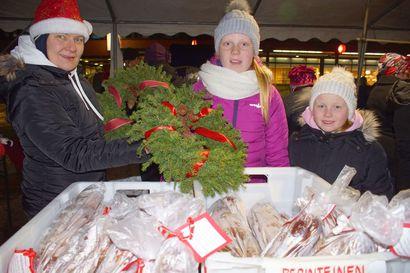 Jouluostoksetkin onnistuivat torin täyttäneessä joulunavauksessa – Puhosjärven muikkua ja muita paikallisia herkkuja