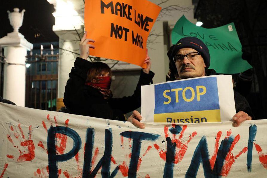 Varsovassa järjestettiin 26. marraskuuta mielenosoitus Venäjän suurlähetystön edustalla. Venäjä oli ottanut edellisenä päivänä haltuun kolme ukrainalaisalusta Mustallamerellä.