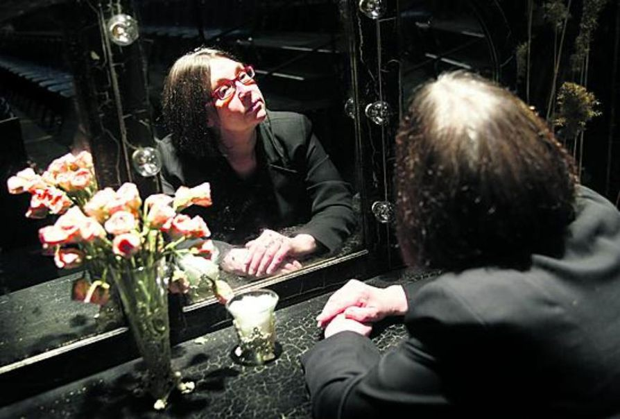 Teatterinjohtaja Anu Saari lähtee Oulusta Tshehovin Lokin siivillä.