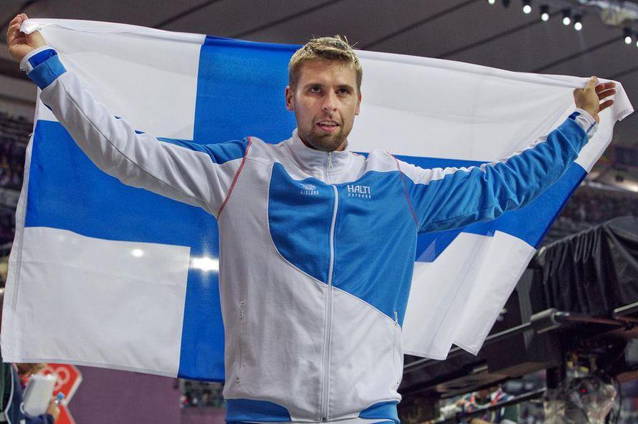 Antti Ruuskanen juhli pronssimitalia.