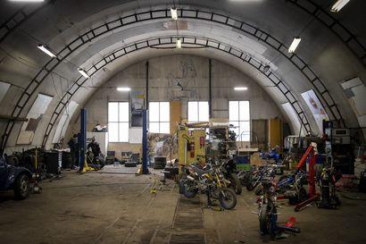 """Projektina mopo ja taivaansininen Corolla: Limingan moottoripajalla ovi on suuri ja kynnys matalalla – """"Täällä ei tarvitse itse laittaa rahaa romuihin ja tilaa on"""""""