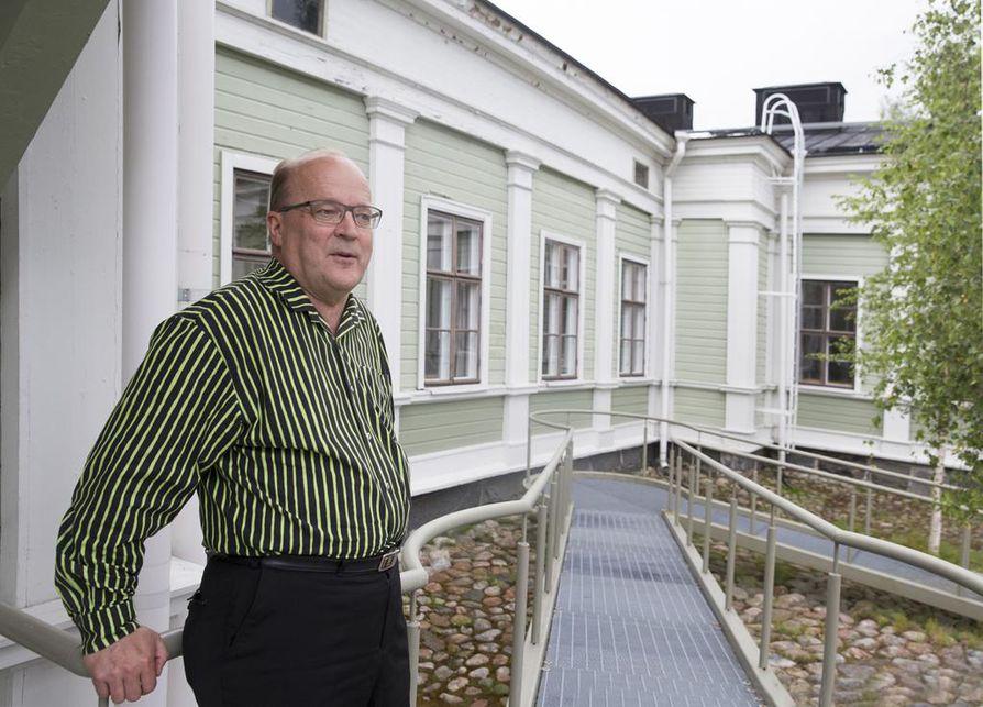 Tapani Tölli aloitti varusmiespalveluksensa Pohjanmaan Tykistörykmentin kolmannessa patterissa vuonna 1971. Nykyisin kasarmin rakennukset ovat Ammattiopisto Luovin omistuksessa.