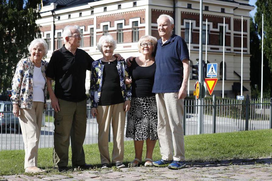 Sisarukset Telma Martin, Valter Bäckström, Helena Margesson, Anna-Liisa Hirvenoja ja Reino Bäckström kokoontuivat Oulussa.