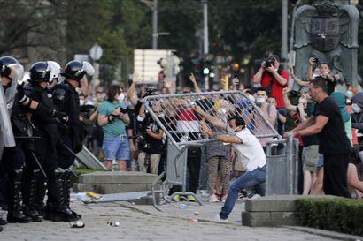 Serbia taipui mielenosoittajien tahtoon – viikonlopuksi kaavailtuja uusia koronarajoituksia lievennettiin
