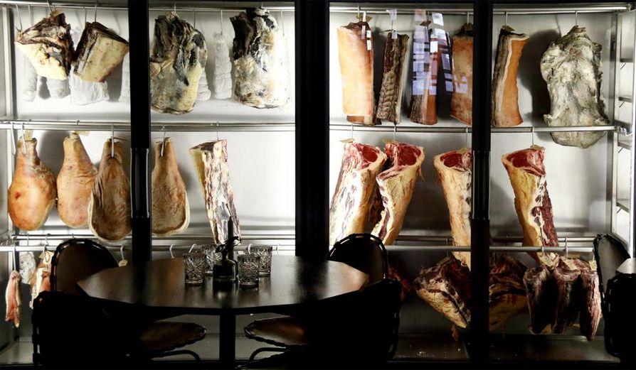 SicaPellen ravintolasalin takaseinällä komeilee suuri lihansäilytyskaappi, jossa nauta- ja possukimpaleet kypsyvät kuusi viikkoa asiakkaiden silmien alla.
