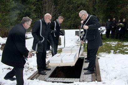 He veivät tarinansa mukanaan – Sakarinmäen vainajat saatettiin haudan lepoon
