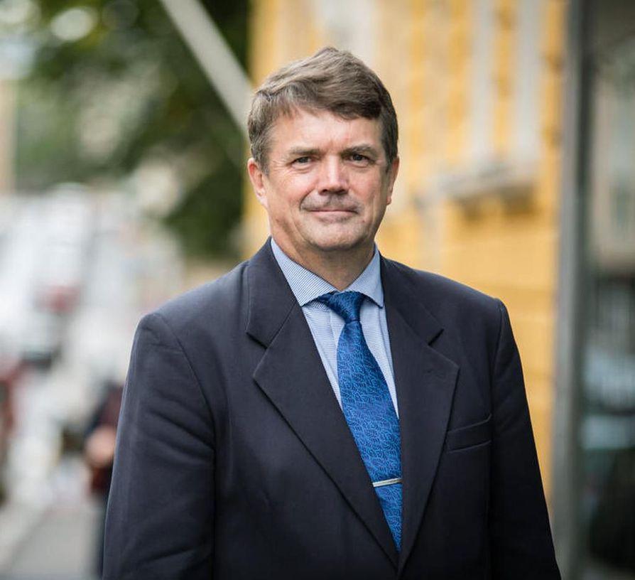 Pohjois-Pohjanmaan maakuntajohtaja Pauli Harjun mukaan työpaikkojen keskittyminen johtuu siitä, että Suomen liikenneratkaisut on rakennettu Helsingin kautta.