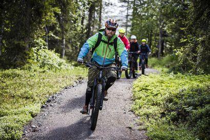 Kävelijä kavahtaa tiukkaa ohitusta – Maastopyöräilijät ja patikoitsijat ovat mahtuneet sopuisasti samoille reiteille, negatiivinen palaute tulee kovavauhtisista kohtaamisista
