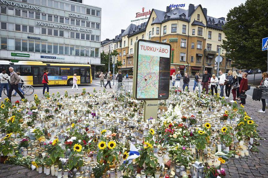 Kehitteillä oleva varoitusjärjestelmä olisi ollut käyttökelpoinen Turun joukkopuukotuksen yhteydessä. Poliisi kehotti tuolloin kaupunkilaisia välttämään keskustassa liikkumista, kunnes vaara oli ohi. Kännykkään jatkossa tulevat varoitusviestit tekevät tiedottamisesta tehokkaampaa.