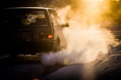 """Pohjoisessa ajellaan maan vanhimmilla autoilla, päästöt silti marginaaliset Etelä-Suomeen verrattuna –""""Niin kauan ajan tuolla kuin se käy ja kulkee"""", sanoo muoniolainen miljoonakiituristaan"""