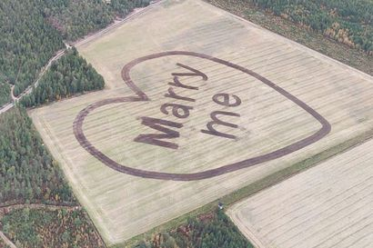 Oi, mitä rakkautta! Timo muokkasi kosintansa pellon pintaan – aamulennolla hän nosti lentokoneensa keulan ylös, säikäytti mielitiettynsä ja ehdotus piirtyi tulevan morsiamen näkökenttään