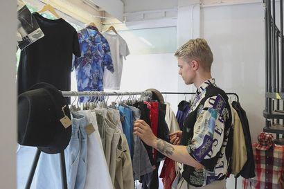 Atte Räinä ostoksilla miesten vaatteiden kirpputorilla