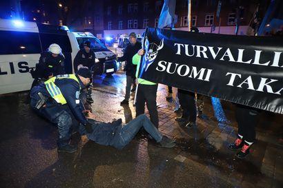 Mielenosoitukset: Poliisi takavarikoi teräaseita, useita otettu kiinni, joukossa pelleksi pukeutunut henkilö – Äärioikeistolaisia mielenosoittajia saapunut ulkomailta
