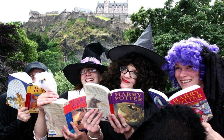 Edinburghissa osataan ottaa ilo irti Potter-maineesta. Arkistokuvassa Waterstonen kirjakaupan henkilöstö valmistautuu kuudennen Potter-kirjan julkaisuun.