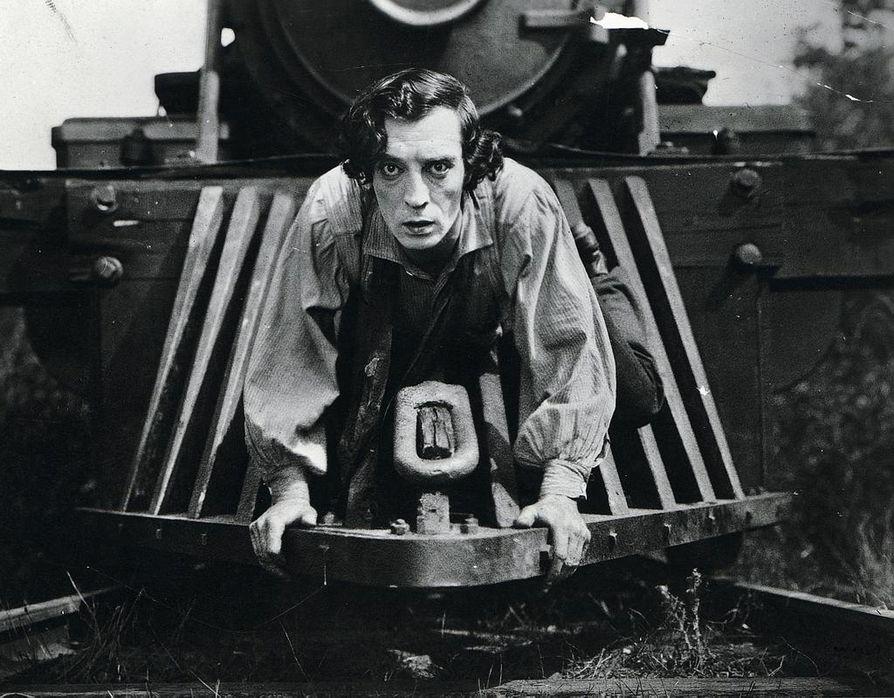 Buster Keatonin (kuvassa) kuuluisimmassa komediassa veturinkuljettaja yrittää sisällissodan aikana pelastaa sekä tyttöystävänsä että…Kenraali-veturinsa vihollisvakoojien käsistä.