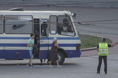 Mies kaappasi linja-auton ja 13 ihmistä Ukrainassa – tilanne ratkesi, kun presidentti mainosti dokumenttia somessaan