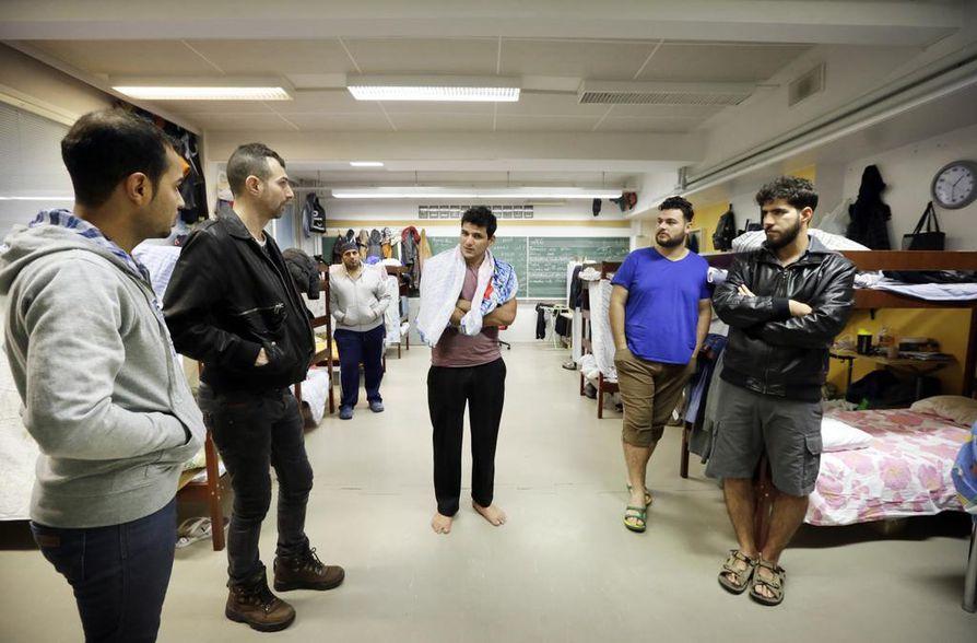 Irakilaiset Kavvav Ali (vas.), Yasser Yuonus, Amed Kareen, Abas Hasaan, Ibrahim Diao ja Jaafar Abass asuvat entisen Kastellin koulun musiikkiluokassa, jossa on muuten viihtyisää mutta vähän turhan paljon porukkaa samassa huoneessa. Arkistokuva.