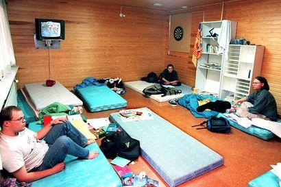 Vanhat kuvat: Opiskelijat nukkuivat lattialla hätämajoituksessa Oulussa – opiskelijaelämää 90-luvulla