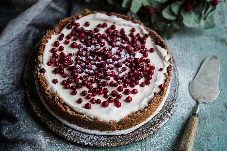 Jouluin helpoin kakku on myös makein. Kinuski kohtaa kirpeän puolukan.