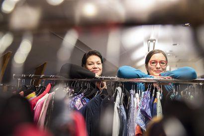"""Second hand -vaatteiden kauppa käy niin vauhdilla, että sen arvioidaan jopa syrjäyttävän pikamuodin – """"Jos ostaa laadukasta vähän kalliimmalla, vaatteella on jälleenmyyntiarvoa"""""""